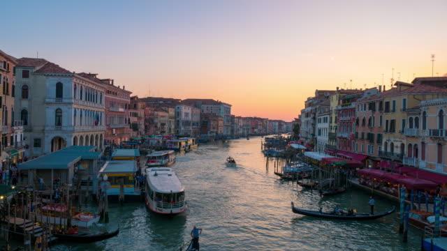 vídeos y material grabado en eventos de stock de gran canal de venecia al atardecer, italia - puente de rialto