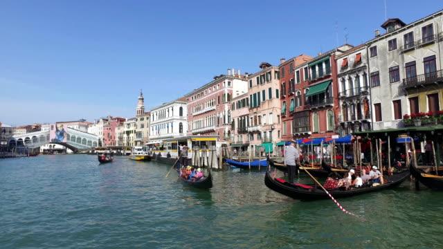 vídeos y material grabado en eventos de stock de grand canal point of view with gondola and boats in venice - puente de rialto