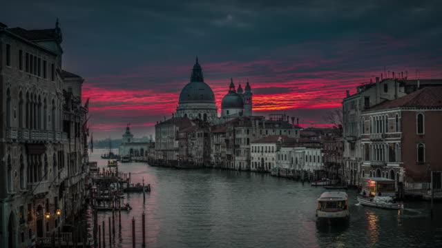 grand canal und romantic sunrise sky in venice - romantic sky stock videos & royalty-free footage