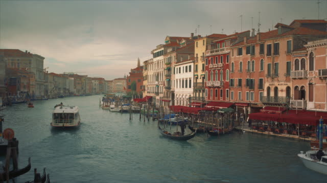 stockvideo's en b-roll-footage met ws - grand canal view from rialto bridge, boats passing by - passagiersboot