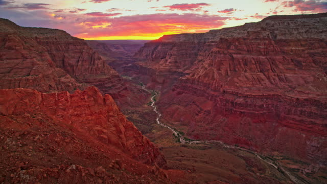 aerial grand canyon con sole al tramonto sullo sfondo - grand canyon video stock e b–roll