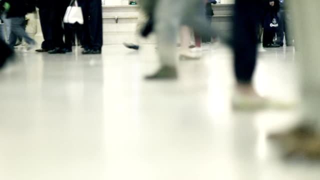 vídeos de stock e filmes b-roll de câmara lenta-nova iorque grand central plano aproximado - camisa e gravata
