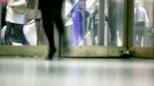 vídeos de stock e filmes b-roll de câmara lenta-nova iorque grand central plano aproximado - entrada de edifício