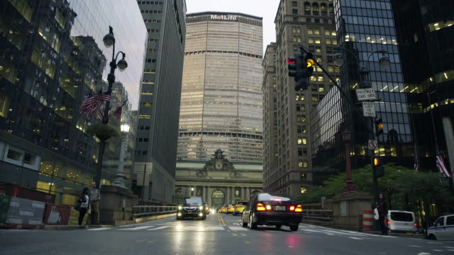 grand central station - dolly shot - metlife hochhaus stock-videos und b-roll-filmmaterial