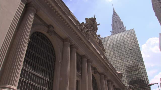 vídeos de stock e filmes b-roll de ms, la, grand central station relief with chrysler building in background, new york city, new york, usa - prédio chrysler