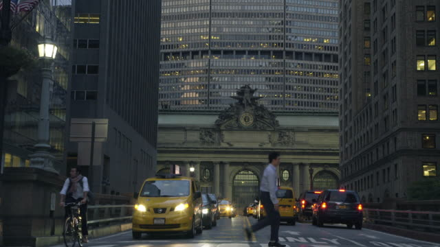 stockvideo's en b-roll-footage met grand central station - metlife building