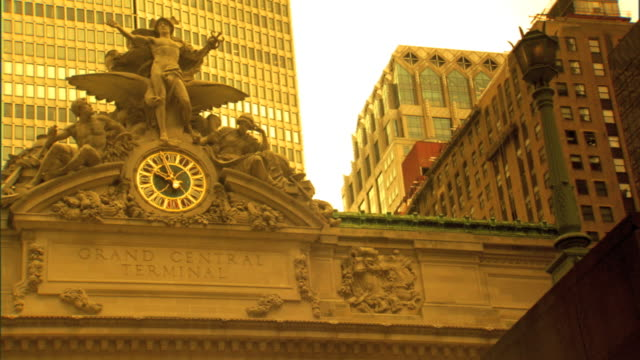 grand central terminal facade on 42nd street, mercury statue , analog clock & grand central terminal sign, buildings bg - 42nd street stock videos & royalty-free footage