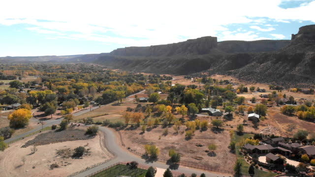 vídeos de stock e filmes b-roll de grand drone aerial clip of the redlands area of grand junction and fruita colorado at the base of the colorado national monument - pináculo formação rochosa