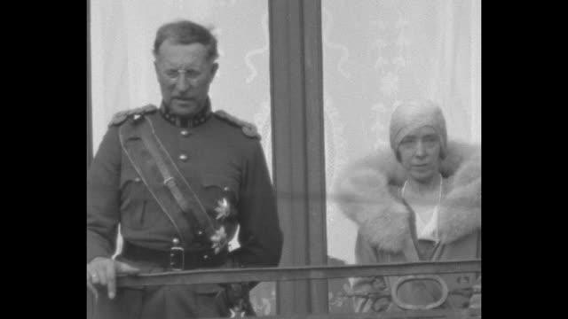 vidéos et rushes de grand duchess charlotte of luxembourg prince albert i of belgium queen elisabeth of belgium and prince felix of bourbon parma stand on balcony in... - belgique
