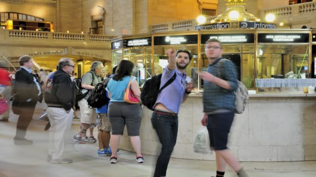 vídeos de stock e filmes b-roll de grand hall of grand central terminal, information booth, midtown manhattan, new york city, usa time lapse, grand hall grand central terminal on july... - 2013