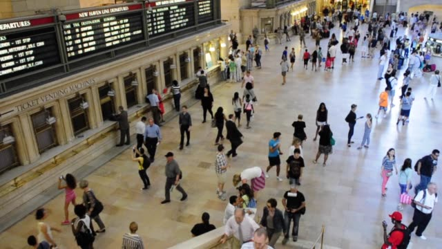 stockvideo's en b-roll-footage met grand hall of grand central terminal midtown manhattan new york city usa video grand hall of grand central terminal on june 28 2013 in new york city... - 2013
