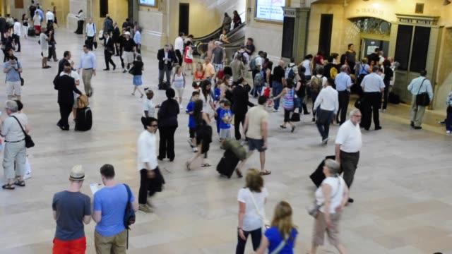 vídeos de stock e filmes b-roll de grand hall of grand central terminal, midtown manhattan, new york city, usa video: grand hall of grand central terminal on june 28, 2013 in new york... - 2013
