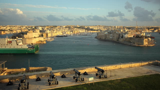 stockvideo's en b-roll-footage met t/l ws ha grand harbor and cargo ship / valletta, malta - valletta