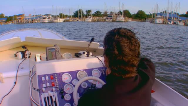 grand haven, michiganmen preparing to dock boat - 測定器点の映像素材/bロール