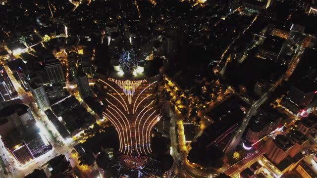 grand lisboa hotel macao at dusk - macao点の映像素材/bロール