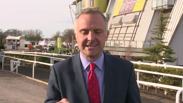 grand national 2015 won by many clouds reporter to camera - リチャード・パロット点の映像素材/bロール