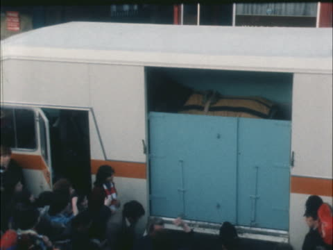 grand national red rum returns home horse racing grand national red rum returns home england southport horsebox rl through crowd brass band zoom in... - イングランド サウスポート点の映像素材/bロール