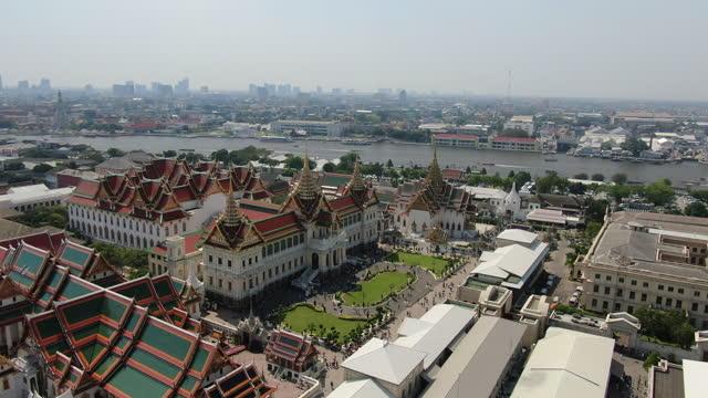 vídeos de stock e filmes b-roll de grand palace - wat phra kaew with tourists / bangkok aerial - bangkok