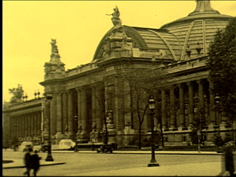 vidéos et rushes de grand palais petit palais museum exhibition hall beauxarts architecture massive ornate arc de triomphe arch of triumph eternal flame pan from top of... - exposition et salon professionnel