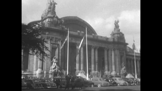 stockvideo's en b-roll-footage met grand palais / vs down cars and crowds inside grand palais during the paris auto show - 1954