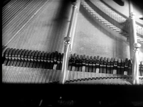 vidéos et rushes de cu, b&w, grand piano and pensive woman, 1920's  - image en noir et blanc