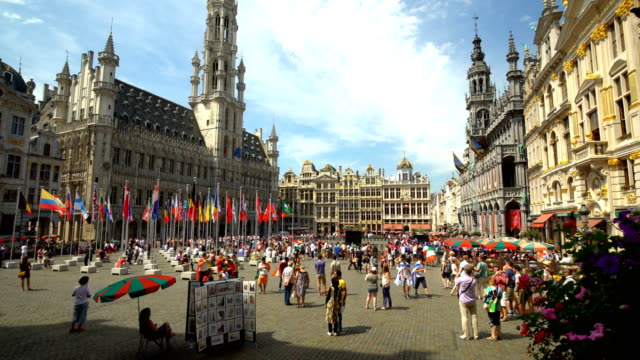 grand place in brussels, time lapse - regione di bruxelles capitale video stock e b–roll
