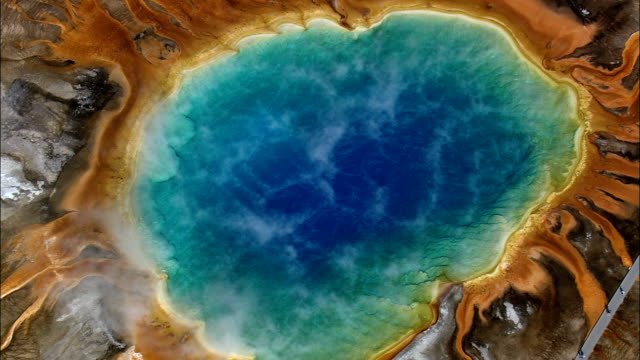 stockvideo's en b-roll-footage met grand prismatic spring - luchtfoto - wyoming, teton county, helikopter filmen, luchtfoto video, cineflex, tot de oprichting van schot, verenigde staten - yellowstone national park