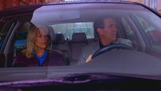 vidéos et rushes de grand rapids, michiganadult couple driving - pare brise