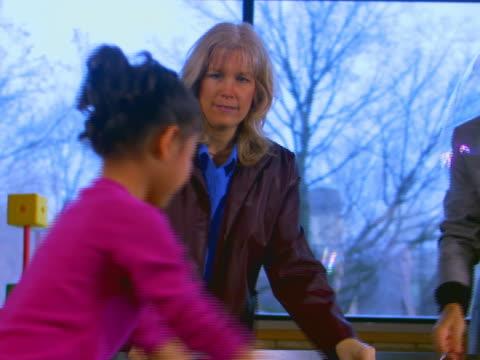vidéos et rushes de grand rapids, michigangirl and parents play with bubbles - couple d'âge moyen