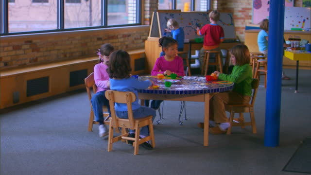 grand rapids, michigangirls pretend play eating, get up from table - barnomsorg bildbanksvideor och videomaterial från bakom kulisserna