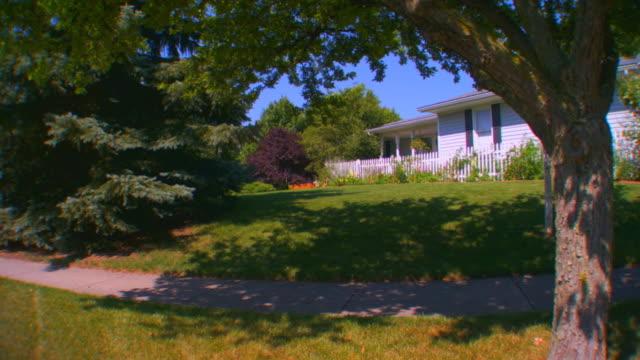 stockvideo's en b-roll-footage met grand rapids, michiganhouse and yard - tuinhek