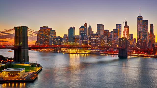 vídeos de stock e filmes b-roll de grand sunset. new york. brooklyn bridge. manhattan financail district. - ponte de manhattan