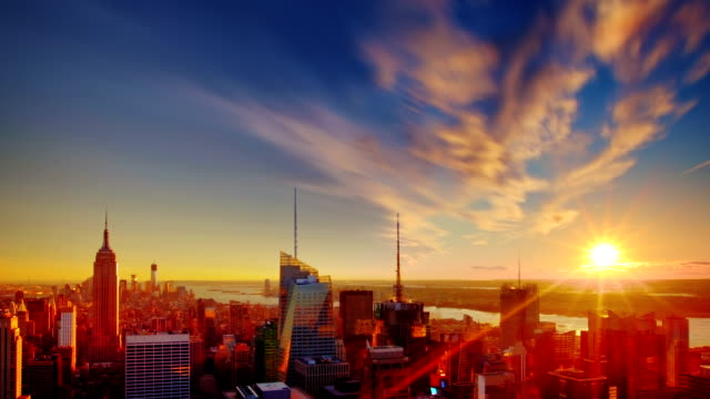 grand tramonto sopra manhattan, new york city. - rockefeller center video stock e b–roll