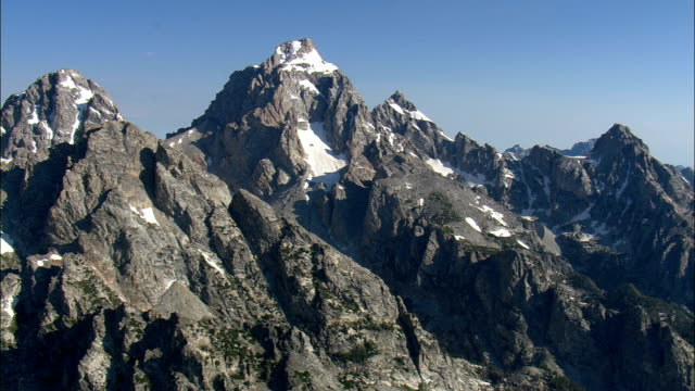 grand teton mountain-luftaufnahme-wyoming, teton county, hubschrauber beim filmen, antenne video cineflex, establishing shot, vereinigte staaten - grand teton stock-videos und b-roll-filmmaterial