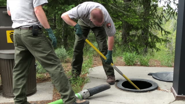 vídeos de stock e filmes b-roll de grand teton national park employees draining toilet waste - casa de banho