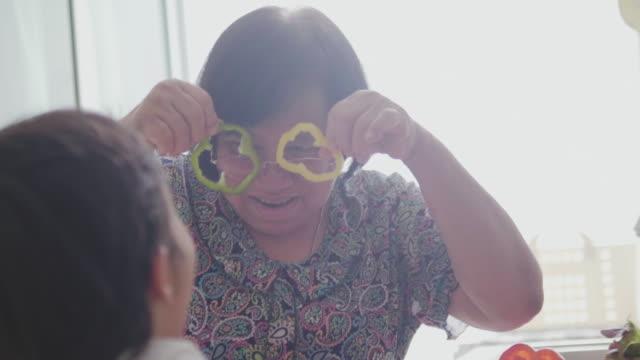 nipoti e nonna che si godono la colazione - nonna video stock e b–roll