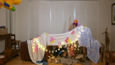 vídeos y material grabado en eventos de stock de grandchildren playing with grandfather - manta ropa de cama