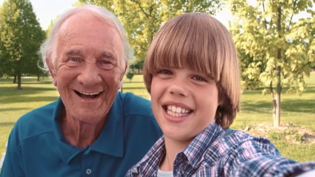 Opa und Enkel eines Videos, wenden Sie sich in den park