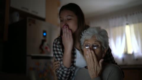 vídeos de stock, filmes e b-roll de neta e avó fazem bate-papo em vídeo juntos e soprando beijos em casa - cozinha doméstica