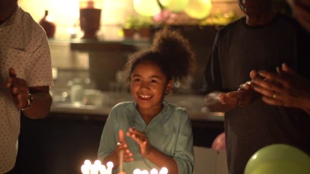 vidéos et rushes de fête d'anniversaire célébrant petite-fille - anniversaire d'un évènement