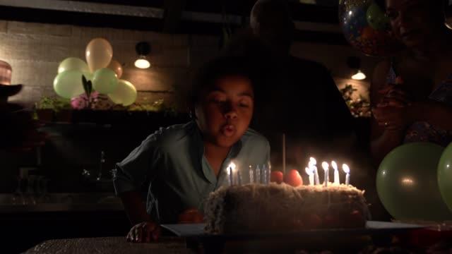 vídeos de stock, filmes e b-roll de festa de aniversário comemorando neta - soprando