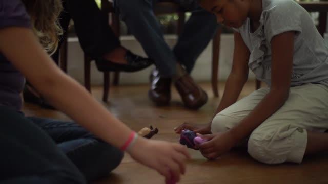 祖父母の家で遊んでの孫娘 - ドール点の映像素材/bロール