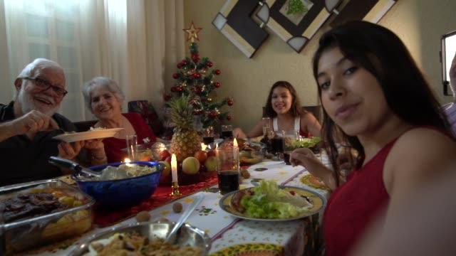 vídeos de stock, filmes e b-roll de neta, tomando uma selfie no jantar de natal - tradição