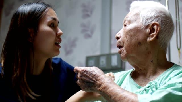 彼女の祖母と話しての孫娘 - 身体症状点の映像素材/bロール