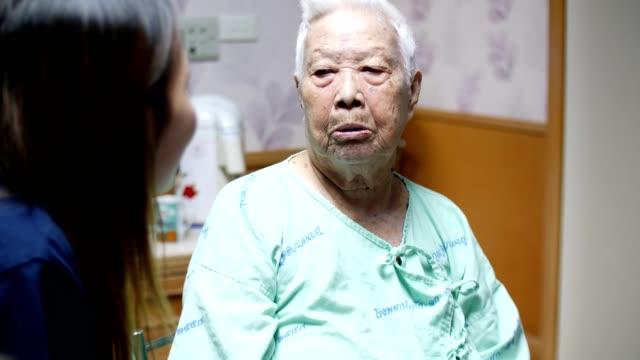 vídeos de stock, filmes e b-roll de neta de falar com a avó - cuidado com o corpo