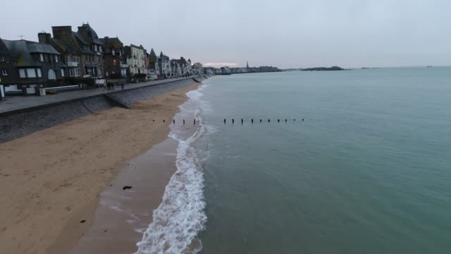 grandes marées en drone à saint-malo - finisterra bretagna video stock e b–roll