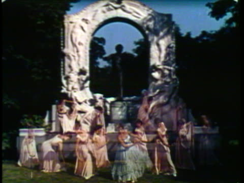 vidéos et rushes de 1953 ws grandfather and boy standing in front of statue, girls appear in front of statue and dance the waltz / vienna, austria / audio - tournoyer