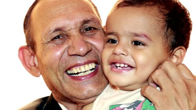 vidéos et rushes de grand-père et le petit-fils - 12 17 mois