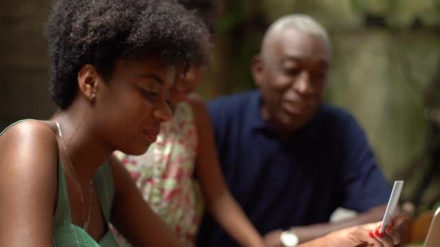vídeos de stock, filmes e b-roll de avô e neta compra no laptop em casa - cartão de crédito
