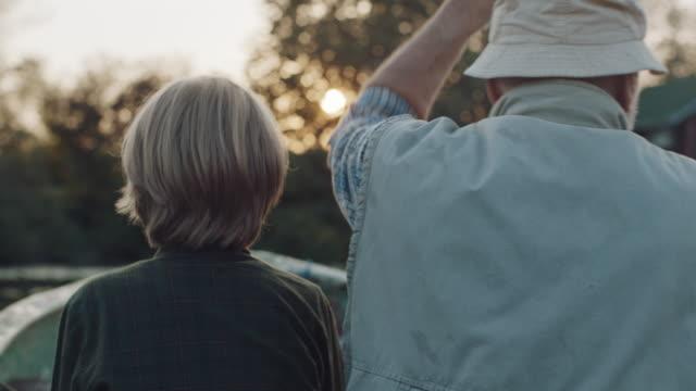 vidéos et rushes de grand-père et petit-fils dans le bateau - grand père